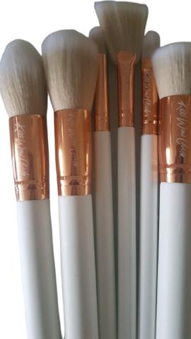 Kiss Wow Club White Sable Makeup Brush Set White Background 4